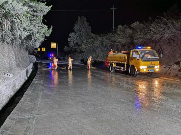 公路人连夜奋战四小时抢通事故路